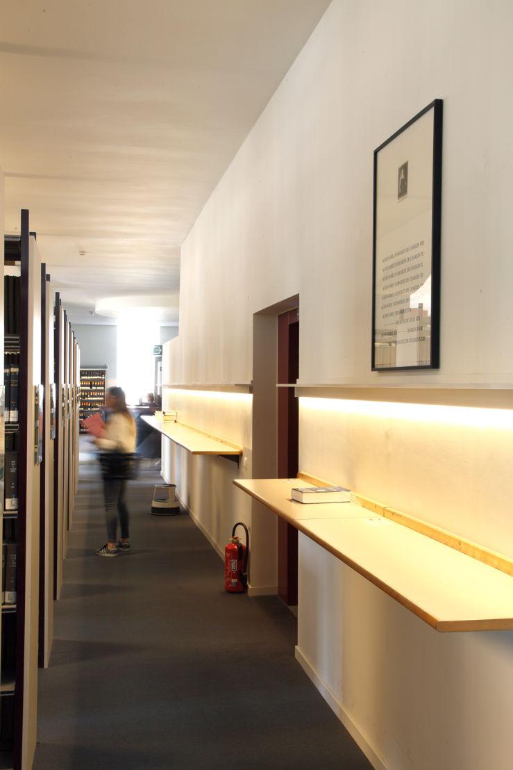 Installatiezicht &#039;Entre nous quelque chose se passe...&#039; in de Bibliotheek Faculteit Rechtsgeleerdheid KU Leuven. <br/>Kunstenaar en werk: Jan Vercruysse, Agnès Sorel ou les Avant-Gardes (1990)<br/>Foto © Dirk Pauwels