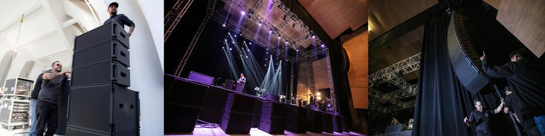 ¿Interiores o exteriores? Castelein lleva el versátil sistema ShowMatch de Bose Profesional para el show de Gino Vannelli y un festival de jazz.
