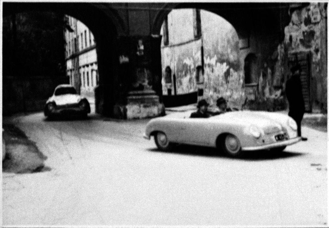 1948. Herbert Kaes al volante, el Porsche 356 'No. 1' da una vuelta de demostración en la carrera callejera de Innsbruck (Austria)