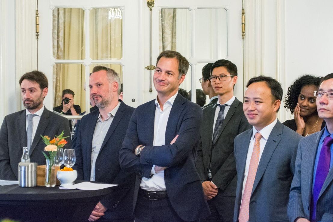 Op de eerste rij (links naar rechts): Mr. Pedro Ferreira (CEO of Huawei Belgium), Mr. Reinhard Laroy (Raadgever aan Vice-eersteminister De Croo), Mr. Alexander De Croo (Vice-eersteminister en minister van Ontwikkelingssamenwerking, Digitale Agenda, Telecom en Post), Mr. Liu Kang (President of European Affairs, Huawei), Mr. Guo Jianjun (Economisch Raadgever van de Chinese Ambassade in België)