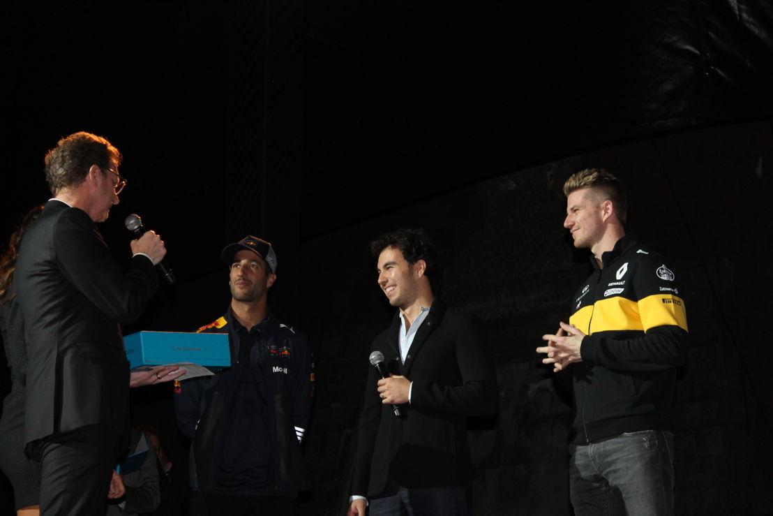 El piloto mexicano Checo Pérez; el piloto australiano Daniel Ricciardo; el piloto alemán Nico Hülkenberg recibiendo Tequila Casa Dragones