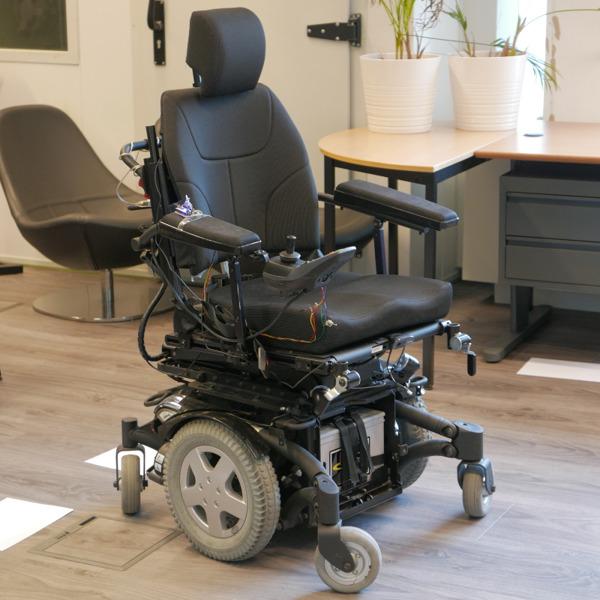 Preview: Des scientifiques de la VUB mettent au point un fauteuil roulant automatique, autodidacte et unique en son genre