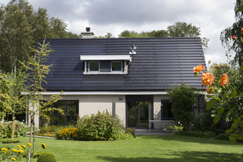 Zonne-energiesysteem in één harmonieus geheel met het dak