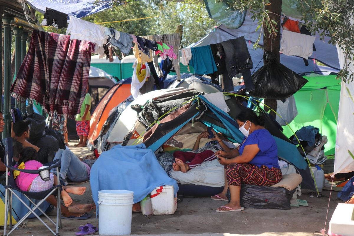 Migrantes en la Plaza de la República, en Reynosa. Foto: Esteban Montaño/MSF