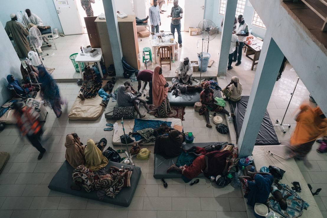 Les patients se reposent sur les lits dans la salle principale du centre de traitement de la méningite dirigé par MSF à l'hôpital de Sokoto Mutalah Mohamad