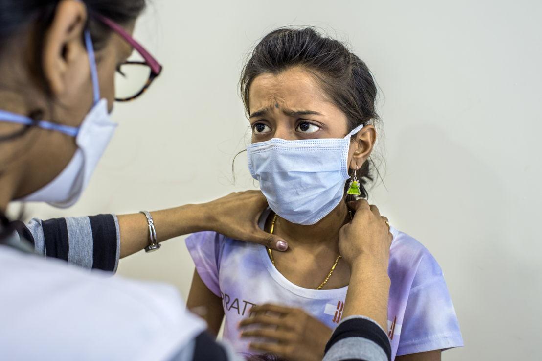 De Indische Nischaya lijdt al vier jaar aan tuberculose en is nog steeds niet genezen. Ze heeft een variant van de ziekte die tegen alle gewone tbc-medicatie. Sinds ze in het ziekenhuis van Artsen Zonder Grenzen in Mumbai het nieuwe geneesmiddel Delamanid krijgt, stelt ze het beter. Ze studeert hard om ondanks haar ziekte haar examens te kunnen afleggen ©Atul Loke/Panos Pictures