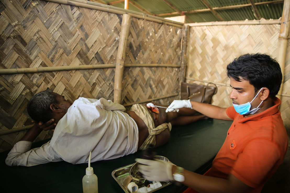Tasnimarkhola camp: Rohingya refugee Nour Mohammad was shot while he was on his way to Bangladesh. He is now being treated by MSF staff for his wound. Credit: Mohammad Ghannam/MSF