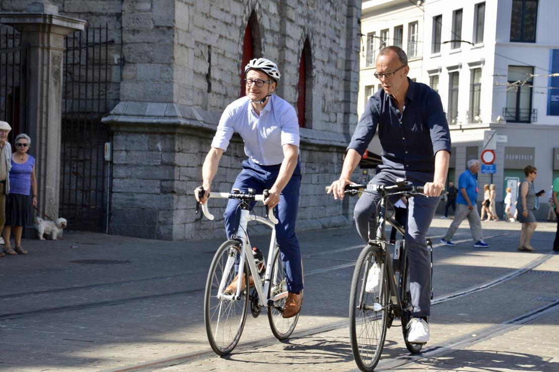 Ben Weyts en Filip Watteeuw testen de fietsveilige tramsporen in de Belfortstraat in Gent uit