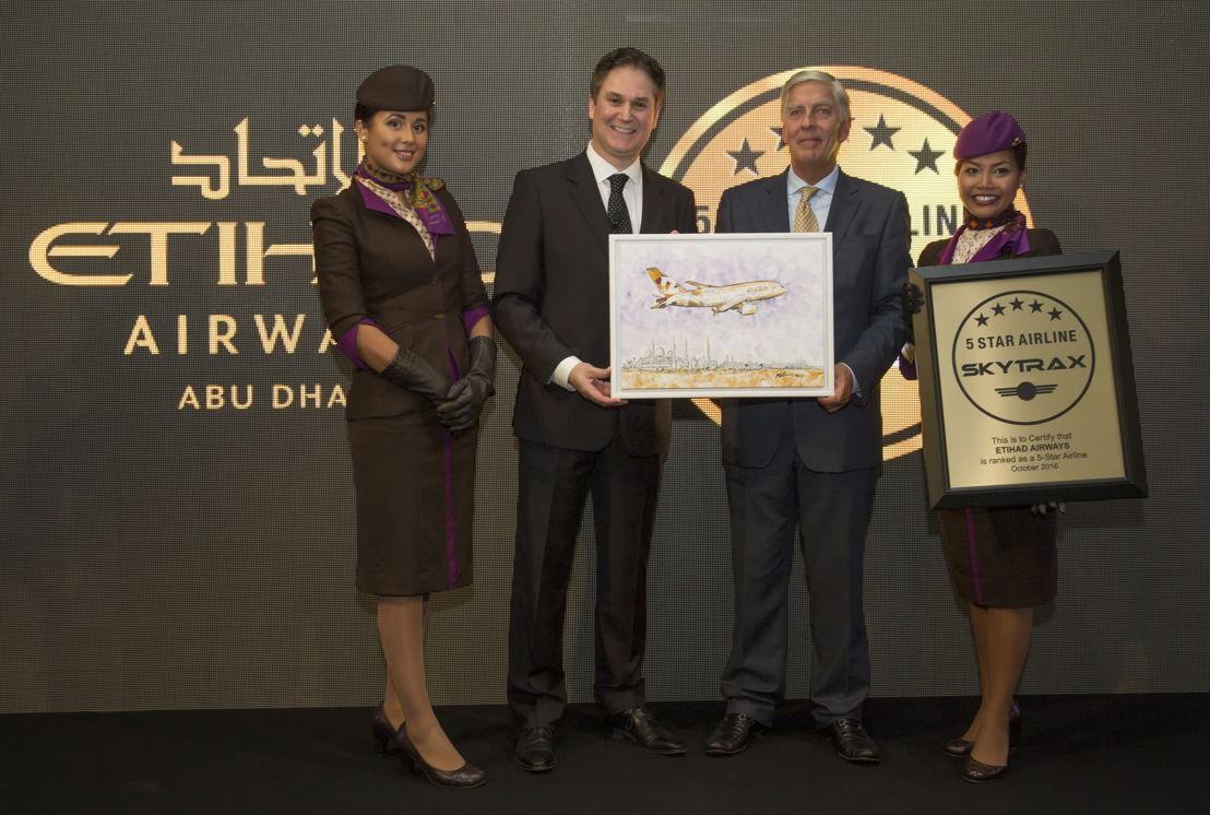 Peter Baumgartner, CEO van Etihad Airways (links) en Edward Plaisted, CEO van Skytrax (rechts)