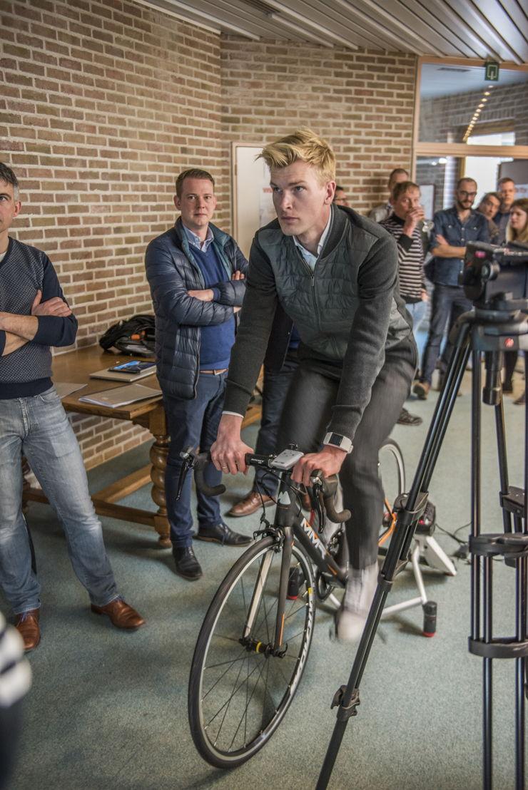 Ruben Van Gucht rijdt alvast warm op één van de hellingen van de Ronde