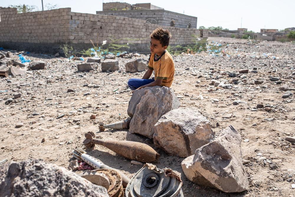Un niño descansa junto a restos de explosivos en Mawza (Taiz). Agnes Varraine-Leca/MSF