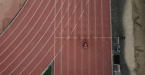 L'athlète en fauteuil roulant Peter Genyn utilise une chambre thermique pour se préparer aux Jeux de Tokyo