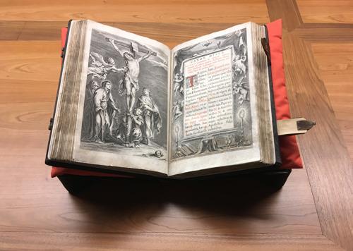 Kerkfabriek Sint-Martinus van Sint-Martens-Latem brengt haar recent gerestaureerde Missale Romanum onder in het nieuwe depot van het Museum Plantin-Moretus