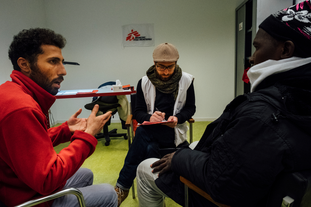 Lors des consultations en santé mentale, le psychologue MSF travaille main dans la main avec un médiateur culturel qui se charge des traductions du français vers l'arabe et inversement.  © Bruno de Cock/ MSF