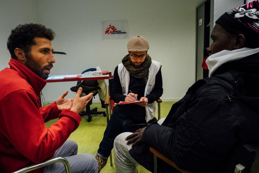 Voor de raadplegingen voor mentale gezondheidszorg werkt de psycholoog van Artsen Zonder Grenzen samen met een cultureel bemiddelaar, die ook als tolk optreedt. © Bruno de Cock/AZG