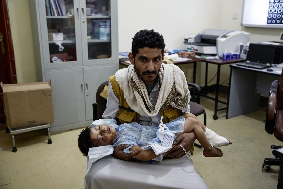 © Sebastiano Tomada/Getty Reportage<br/>Un père emporte son enfant blessé vers un hôpital de Médecins Sans Frontières à Sa'ada au Yémen. La guerre au Yémen fait rage et il y a énormément de victimes civiles.
