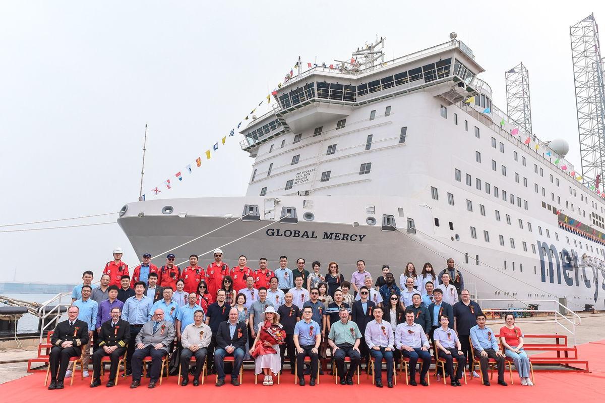 De bemanning en afgevaardigden van de scheepswerf bij de oplevering van de Global Mercy