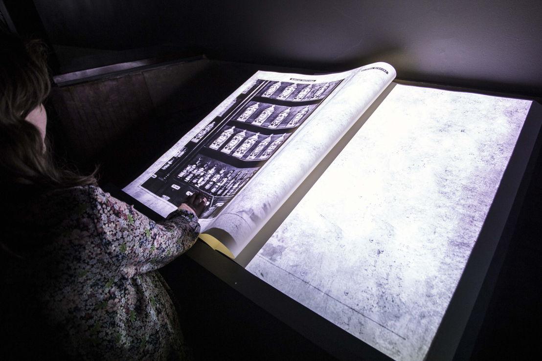 La exhibición presenta cuatro piezas que despliegan contrastantes imágenes por medio de los proyectores Panasonic de alta luminosidad. La primera, una ingeniosa animación que se proyecta cenitalmente, con técnica de mapping, sobre la superficie de un libro que da la impresión de tener vida propia al pasar sus páginas sin detenerse.