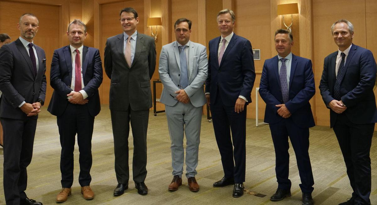 De CEM-partners (van links naar rechts): ACI Europe, Belgocontrol, EUROCONTROL, TUI Fly Benelux, Brussels Airport Company, DHL Aviation en Brussels Airlines
