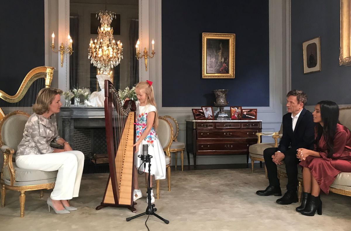 Hare Majesteit, Bart Peeters en Nora Gharib luisteren naar Stella en haar harp (c) VRT