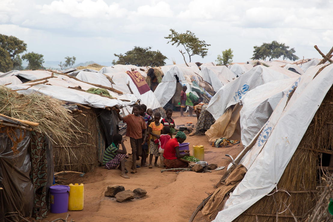 Over 5.800 Mozambican nationals have camped in the village of Kapise 2 in Malawi after fleeing their homes in Mozambique, the majority of them women, children and the elderly. As the camp was built without pre-planning overcrowding has become severe, with high fire hazard for the makeshift shelters. © James Oatway / MSF