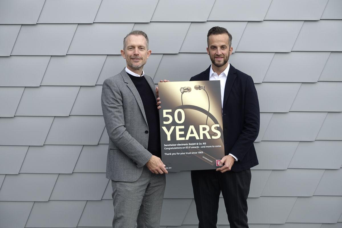 Frank Zierenberg (links), Project Director beim iF, überreicht Oliver Berger, Global Head of Brand and Design Management bei Sennheiser, die Urkunde für 50 Jahre iF DESIGN AWARDS