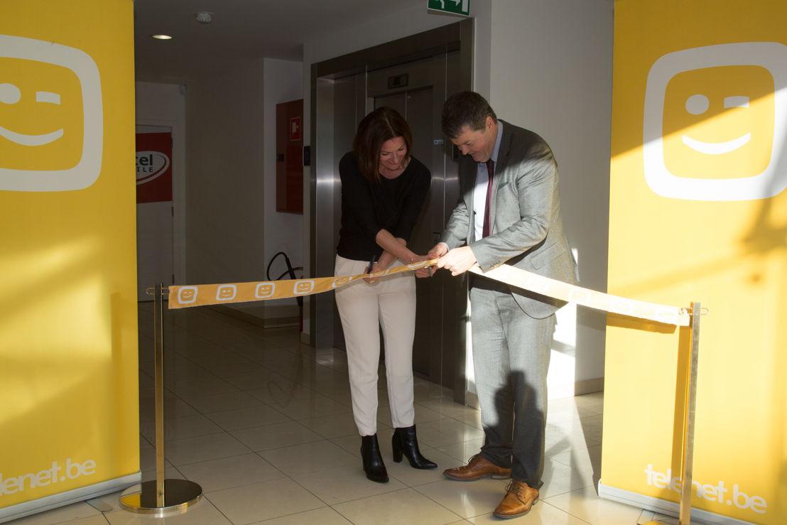 Benedikte Paulissen, verantwoordelijke customer service Telenet, en burgemeester Bart Somers