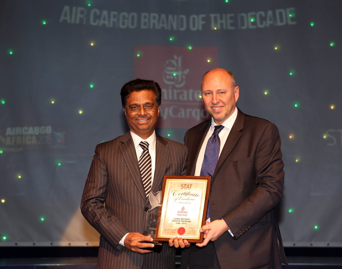 "Pradeep Kumar, Emirates' Senior Vice President, Revenue Optimisation and Systems, Cargo, receives the ""Cargo Brand of The Decade"" Award from Glyn Hughes, IATA's Global Head of Cargo."