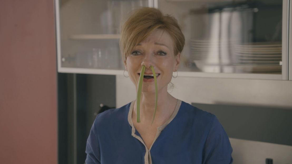 3. Marleen Merckx schotelt Hélène een wormenburger voor<br/>Sorry voor alles (c) VRT