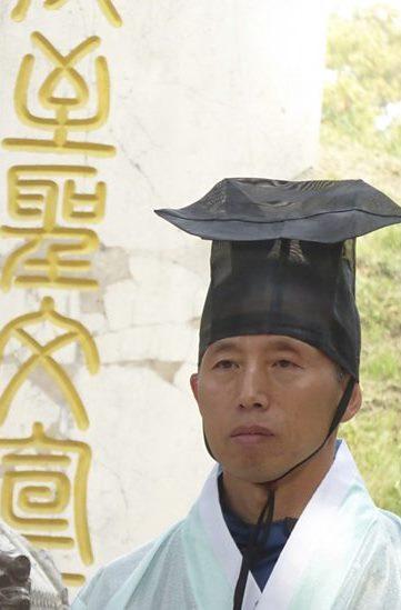 Geleerde bij het graf van Confucius - () BBC Worldwide