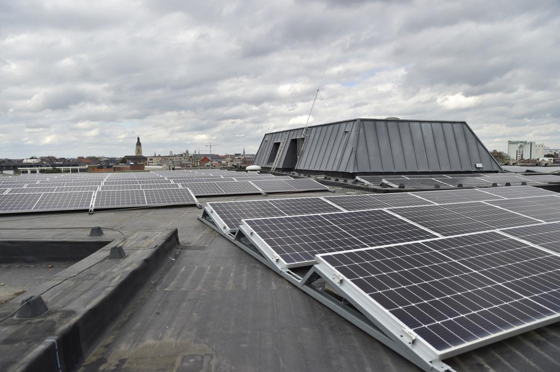 Dak van cultuurcentrum De Spil in Roeselare uitgerust met zonnepanelen van Luminus
