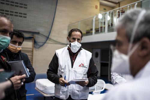 La falta de EPI y de pruebas de diagnóstico contribuyó a la alta tasa de contagios entre el personal sanitario y sociosanitario y mermó la capacidad de respuesta del sistema a la epidemia de COVID-19