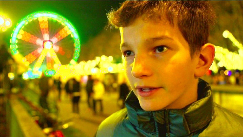 Karrewiet Plus - Een nieuw land - Umar op de Kerstmarkt in Antwerpen - (c) VRT