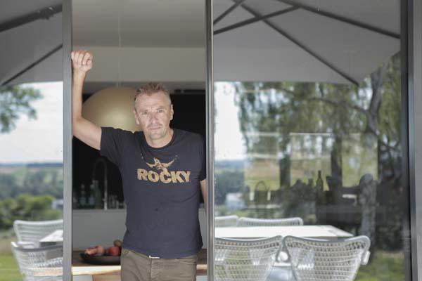 Tom Waes in Het huis (c) VRT / Polle Van Rooy