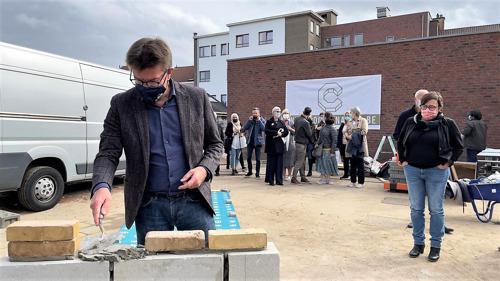 Sven Gatz pose la première pierre de la rénovation et la salle de gymnastique de l'extension de l'école primaire de Scheutplaneet