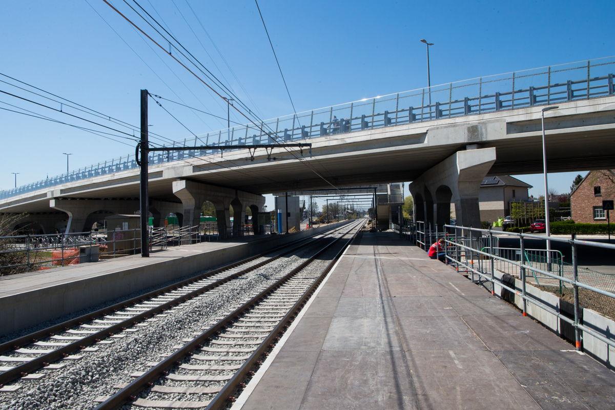 In het station van Kiewit zijn er sinds maandag twee tijdelijke perrons. De oorspronkelijke perrons worden momenteel vernieuwd. © NMBS