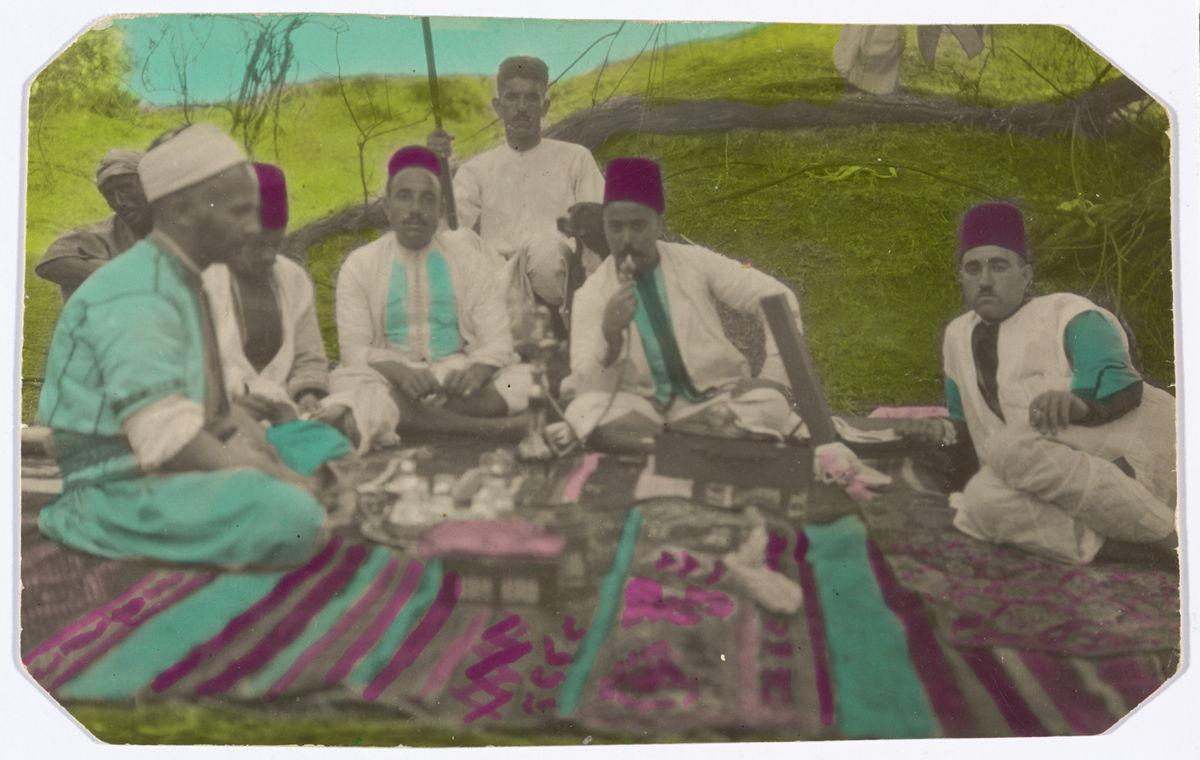 نزهة، المغرب، غير مؤرخة، طبعة تظهير بالجيلاتين. مجموعة مامي برغاش. بإذن من المؤسسة العربية للصورة.