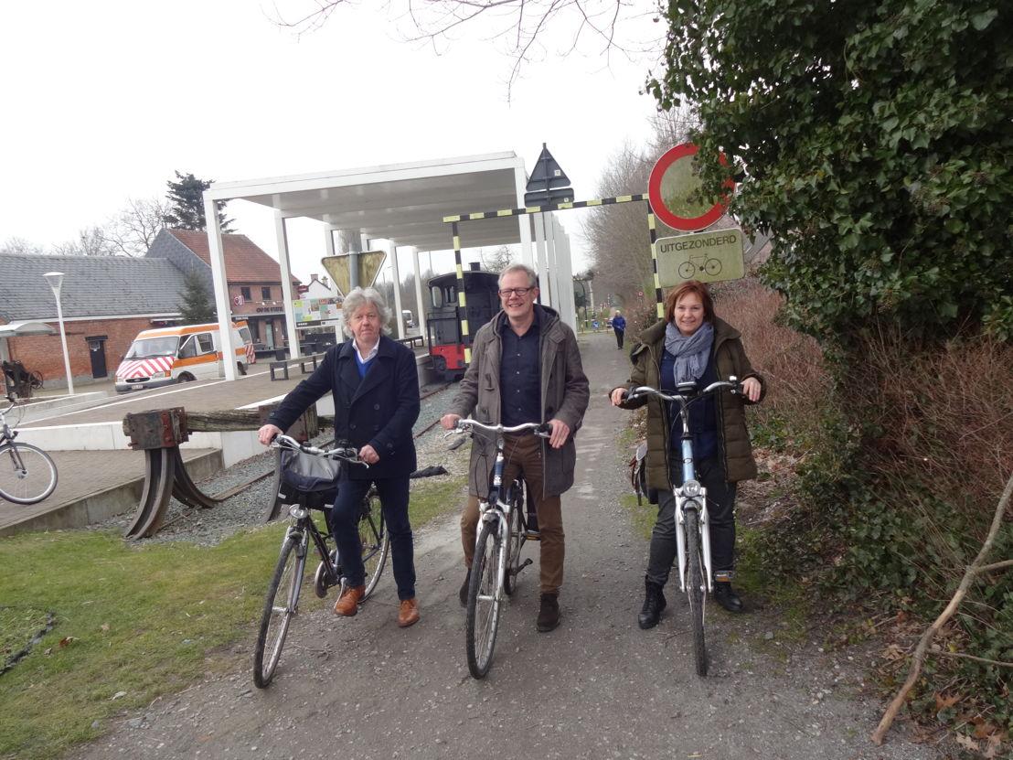 vlnr: burgemeester Chris Lippens, gedeputeerde Peter Hertog en schepen Chantal Vergauwen - © Sint-Gillis-Waas