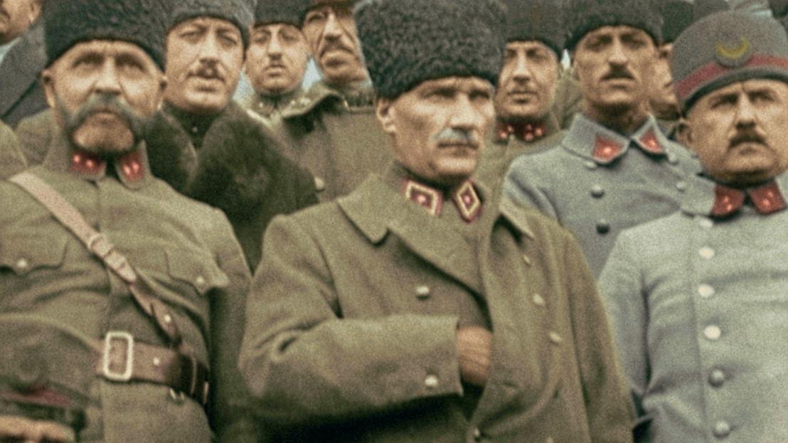 Mustapha Kemal (alias Atatürk) inspecteert zijn troepen - (c) Gaumont Pathé