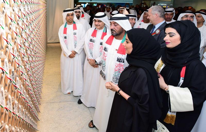 سمو الشيخ  أحمد بن سعيد آل مكتوم يزيح الستار عن تشكيل جداري مكون من 1400 من نماذج طائرات الإمارات في المقر الرئيس لمجموعة الإمارات.