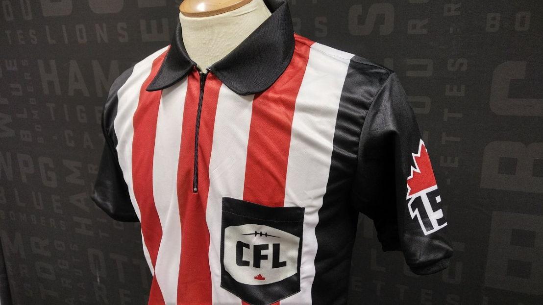 L'uniforme des officiels spécialement conçu pour les parties de la semaine 2 du calendrier 2017 afin de souligner le 150e anniversaire du Canada.