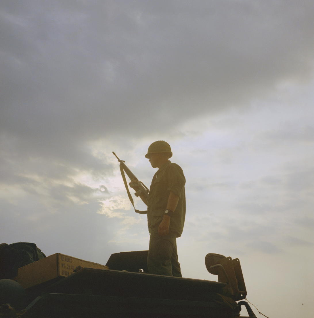 The Vietnam War - Aflevering 8: Amerikaanse soldaat op wacht 1969 - (c) NARA