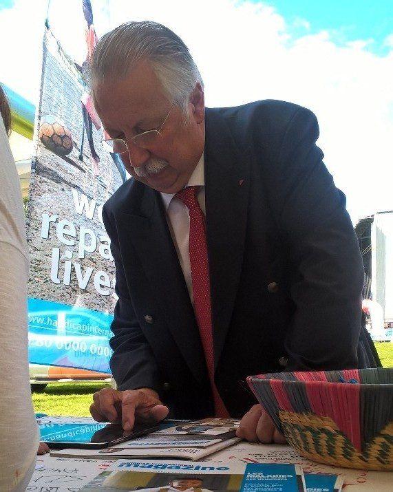 André Flahaut signe la pétiton 'Stop aux bombes' au stand de Handicap International.