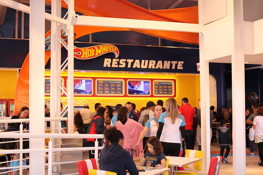Altavoces FreeSpace y amplificadores PowerMatch llevan sonido de gran calidad al restaurante, tienda de souvenirs y áreas comunes.