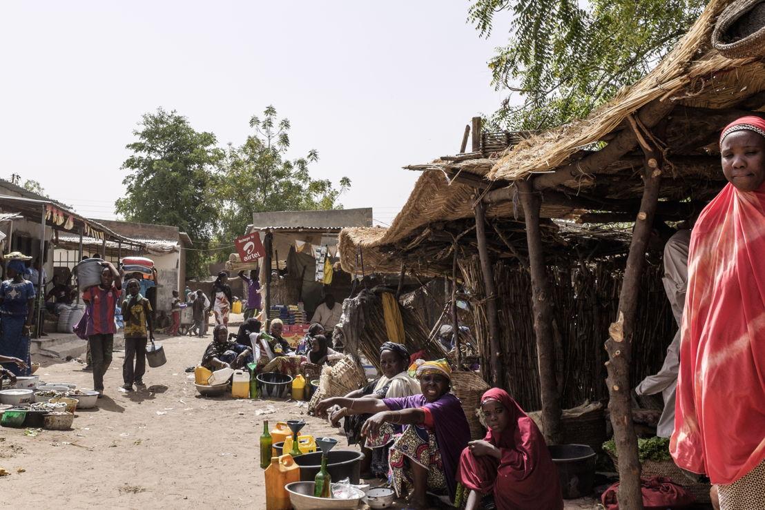 니제르에서 운영중인 국경없는의사회 소아과 병원 앞에서 치료를 기다리는 사람들. [Erwan Rogard/MSF]