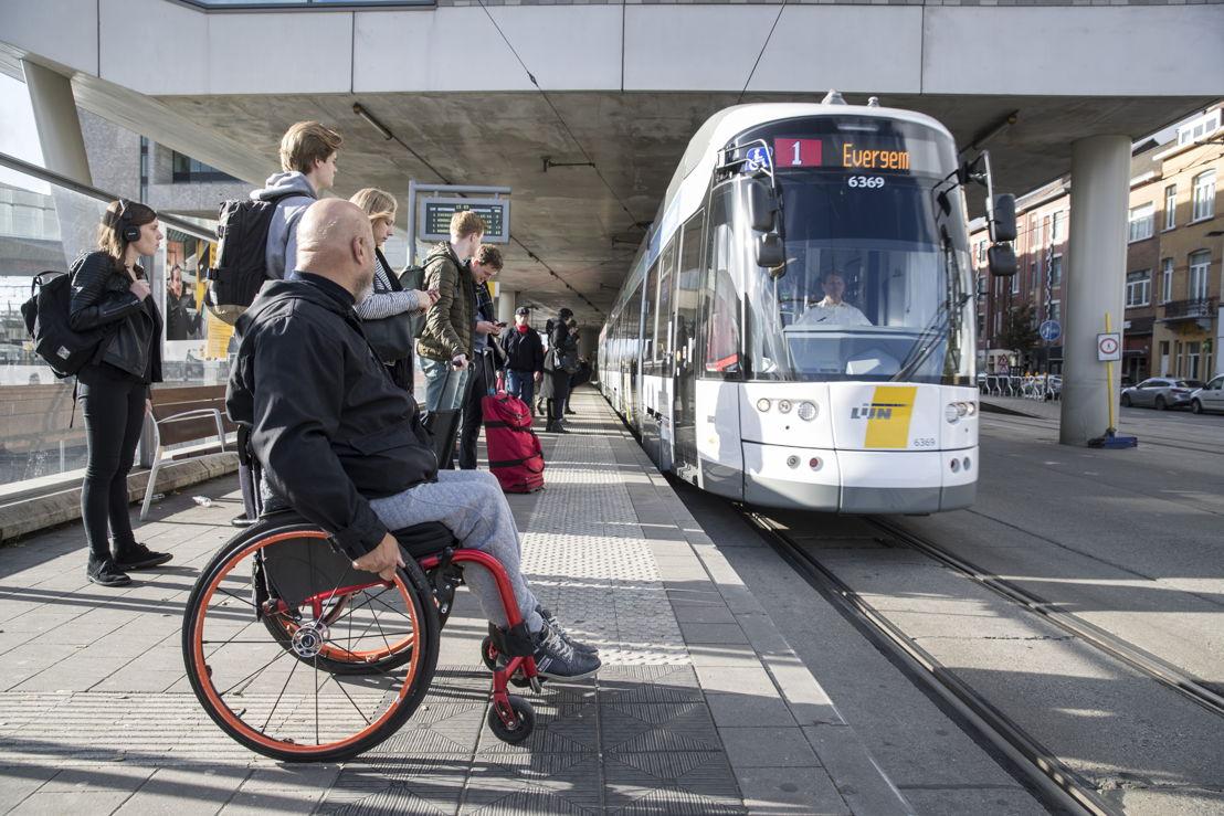 Rolstoelgebruikers moeten op 5 lijnen niet meer reserveren. Hier: tram 1 in Gent. (foto: Stefaan Van Hul)