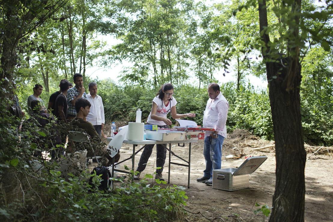 Idomeni. Grèce. La doctoresse Danielle de MSF et le traducteur Shahraiar mettent sur pied une clinique mobile à proximité de la frontière entre la Grèce et la Macédoine.
