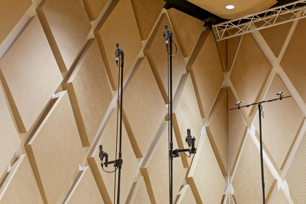This microphone array with four Sennheiser MKH 800 TWIN studio condenser microphones is called TWIN Square. The dual capsules (front/rear transducers with a cardioid pick-up pattern) are arranged over two height levels. Shown on the right are two Sennheiser MKH 8090 RF condenser microphones, which provide signals for the artificial reverberation time extension