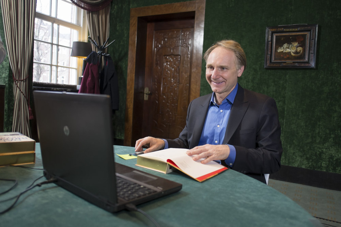 Dan Brown signs copies of his latest novel for bol.com.