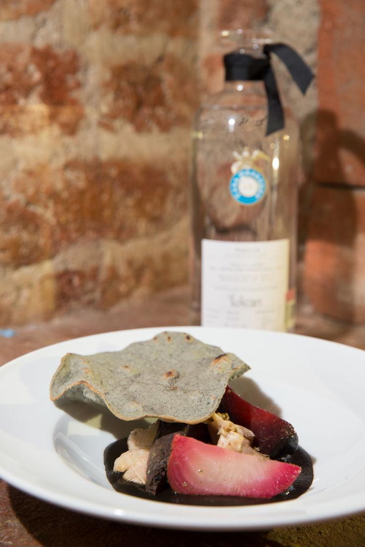 Tequila Casa Dragones Joven con el platillo de betabeles y hongos en chichilo negro del Chef  Enrique Olvera
